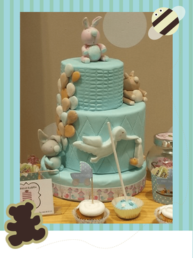 tarta fondant bautizo azul oso, cigüeña y globos