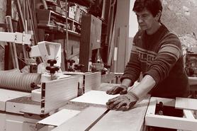 Denis Robert dans son atelier de menuiserie bois artisanale à Flacy (Yonne)