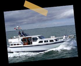 Sonniger Tag, Windstärke 3 und die Motoryacht 'Tante Gerti' in voller Fahrt beim Überqueren der Müritz zum Hafen in Waren.