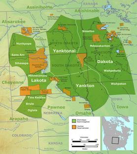 Ehemal. Stammesgebiete der Sioux-Gruppen - grün, der Lakota, der benachbarten Nakota (Yanktonai u.Yankton) sowie der Dakota und die heutigen Reservationen - orange.