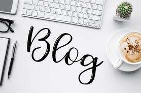 Blogbeiträge, Entspannt arbeiten, Blog am PC, Blog mit Capucchino, Kugelschreiber, Block
