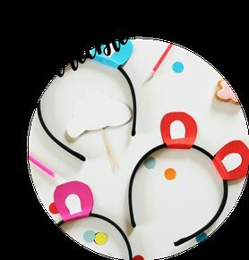 Bild: DIY Kostüm Ohren basteln, ganz einfach ohne Nähen: mit dieser Schritt-für-Schritt Anleitung schnell Bährenohren, Katzenohren oder Mäuseohren aus Papier oder Filz selber basteln, inkl. Freebie Bastelvorlage; gefunden auf www.partystories.de