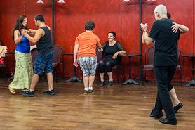 Der letzte Workshop bei insieme war wieder ein grosser Erfolg. Fünfundzwanzig Teilnehmer und Teilnehmerinnen waren mit viel Begeisterung dabei. Wir haben gelernt wie Tango geht, wie man ihn tanzt und wie man mit einem Augenzwinkern jemanden zum tanzen einlädt. Alle hatten viel Spass dabei und freuen sich jetzt schon auf das nächste Mal.