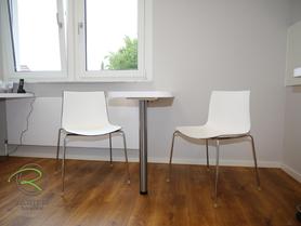 Praxiseinrichtung - Behandlungszimmer in weiß mit Besprechungstisch