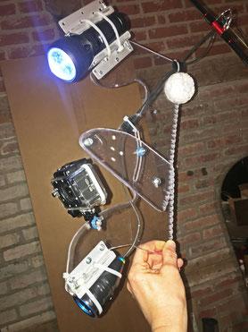 Kameraträger mit Action-Cam, Fishcam und Unterwasserlampe montiert an einer Hochseeangel mit Multirolle