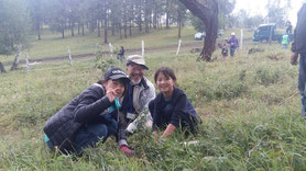 ホンゴロさん(右端) 日本からのツアー参加者と 共に一緒に木を植えました