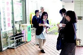 来院者に自らチラシを配り、未納防止を呼びかける篠崎副院長=1日午前、八重山病院