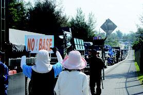 反対派の抗議活動で国道では激しい渋滞が起きた=24日午前、米軍キャンプ・シュワブ前