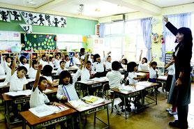 児童ら全員でこぶしをあげて気合を入れた=22日、石垣小学校