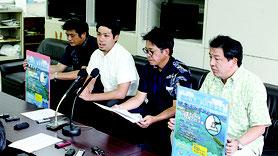 元山氏(写真左から2人目)らは、必要最低限の署名は集まったと強調した=17日、県庁