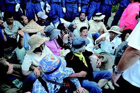2016年、東村高江の米軍ヘリパット移設工事を阻止しようと座り込む基地反対派