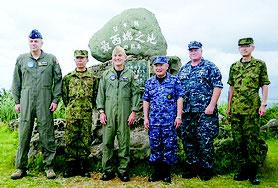与那国町の「日本最西端の碑」を訪れた米太平洋軍のハリス司令官(左から3人目)と河野克俊統合幕僚長(同4人目)=防衛省統合幕僚監部ホームページより