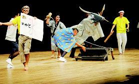 全編がスマムニ(方言)で演じられた登野城のユーモラスな狂言=8日夜、市民会館大ホール