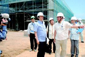 新県立八重山病院の建設現場を視察する謝花副知事(前方左)=18日午後