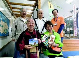 5万人目の入館者として、記念品を贈呈された伊達さん(アヤミハビル館提供)