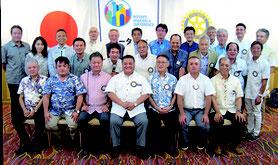 石垣ロータリークラブの大浜会長(中央左)、宮古島ロータリークラブの伊沢会長(中央右)と、両会員の皆さん(提供写真)