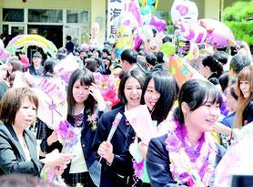 在校生や保護者らに見送られ学び舎を後にする卒業生ら=1日午後=八重山商工高校