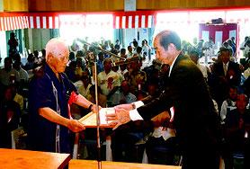 町制施行70周年記念式典で功労者表彰が行われた=2日、中野わいわいホール