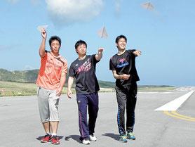 今シーズンの飛躍を誓った(右から)ロッテ新人の川満寛弥、松永昂大、加藤翔大の3選手=新石垣空港