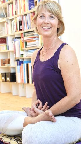Andrea Schlenker, dipl. Yogalehrerin  & Yogatherapeutin bei Yoga Mitram Zürich Höngg