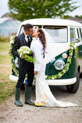 Julia und Kai beim Brautpaar Shooting in Hamburg - Hochzeitsfoto mit Bulli - Hochzeitsfotografie FOTOFECHNER