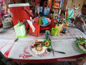 プノンペンの街角で朝食