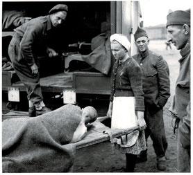 Dienstverpflichtete deutsche Frauen und Mädchen untestützten die britischen Sanitätseinheiten bei der Versorgung der befreiten KZ-Häftlinge. IWM London