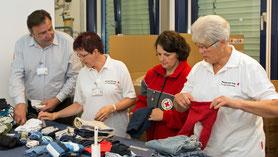 Gemeinsam mit seinen Kolleginnen Nicole Mangiaracina (von links), Angelika Schmitz und Marlene Küppers sortiert Ralf Albat die Kleidung, die beim DRK abgegeben wurden. © Jobcenter EU-aktiv