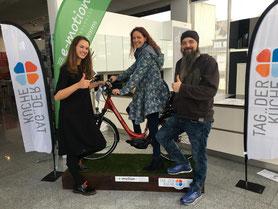 e-Bike Gewinnerin Frau Plettl bei der Pedelec-Verlosung mit Möbel Gradinger in Worms