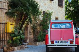 """Französischer Klassiker: ein Roadtrip mit dem 2 CV, der """"Ente"""". Foto: PR/ Gregory Cassiau/ Tarn Tourisme"""