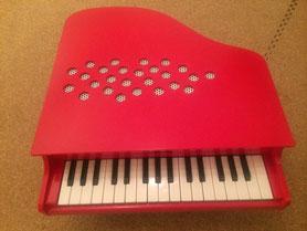 写真は、姪に贈ったおもちゃピアノ。音は鉄琴の音。なかなか良い音です。