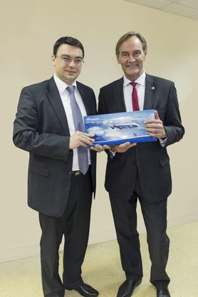 ABC's President Denis Ilyin (left) and Leipzig's Lord Mayor Burkhard Jung welcomed the first flight of the Russian capacity provider to Leipzig/Halle Airport  /  source: LEJ