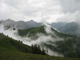 Auszeit in Bergstille - auf einer Alpe Meditation und Achtsamkeit im Seminar erfahren Selbstreflektion in unberührter Natur wegezumsein.com