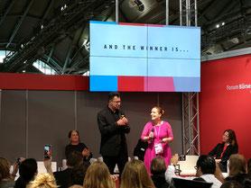Uwe Kalkowski (Kaffeehaussitzer) freut sich über den Buchblog-Preis