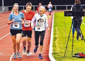 Der 79-jährige Erndtebrücker Werner Stöcker (Nummer 79) lief die 5000-Meterdistanz in Kirchen in einer Zeit von 23:28,9 Minuten. (SZ-Foto: Frank Steinseifer)