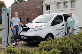Noch einmal tanken, bevor es ins Weserbergland geht: Leonie Riekschnitz von Westfalen Weser Netz übergibt das E-Auto an Maren Scheffler von der Klimaschutzagentur Weserbergland. Foto: WWE