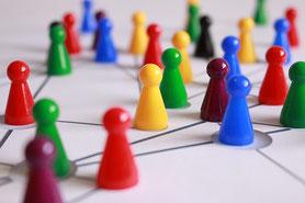 色とりどりのチェスの駒。様々な個性を持った社員たち。