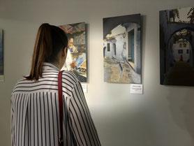 Una visitante observa embelesada la exposición del fotógrafo Carlos Bouza en la ciudad de Sevilla. Por Laura Delgado.