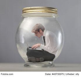 mann in gurkenglas tippt auf einem laptop