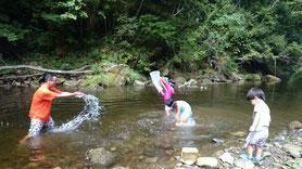 七里川渓谷で遊ぶ親子