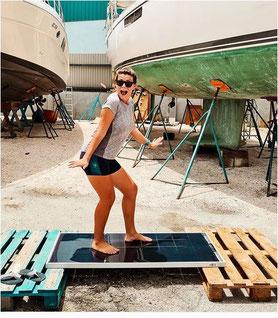 Julia L. auf Curacao mit Ihrem neuen SOLARA Solarmodul Vision für Ihr Segelboot. SOLARA Vision Glas/Glas Solarmodule sind, wie man sieht, absolut robust und bringen Spass!