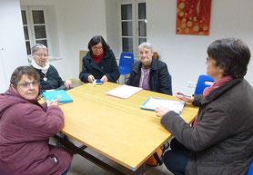 De gauche à droite : Marie-Thé Périgois, Annick Le Brun, Elisabeth Gaulard, Soeur Rolande et Annick Emile ; P. Loïc prend la photo