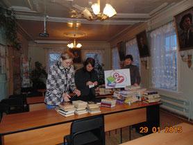 Библиотекари готовят посылки с книгами для пациентов больницы