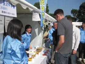 学校農園で栽培したサツマイモを使った菓子をイベントで販売(長沢中学校)