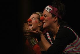 """Theaterprojekt für alleinerziehende Mütter """"Wendepunkt : Alleinerziehend""""   Das Foto zeigt zwei als Clowns geschminkte Frauen."""