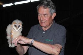Foto: Peter Hess, Walter Schreck mit einem Schleiereulen Jungvogel