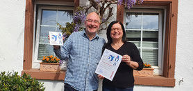 Große Freude in Dolgesheim über Ihre Auszeichnung: Karin Dölla-Höhfeld mit Ihrem Mann.     Foto: P. Britz