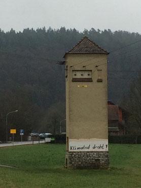 Das Trafohäusl in Dietldorf, auch bekannt als der schnellste Nachrichtenticker der mittleren Oberpfalz.
