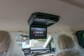 """10""""-Deckenmonitor von zenec unter dem dachhimmel im Mercedes Viano"""
