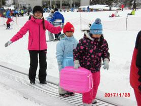 子どもたちと遊ぶ橋本さん(左)